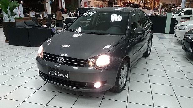 Volkswagen Polo Sedan Comfortline 1.6 Mi 8V Total Flex Cinza 2014}